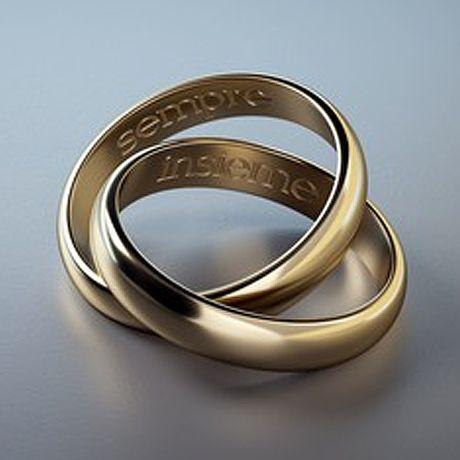 イニシャルなどの刻印入りの指輪、片方だけのピアス